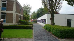 Hinter dem SGN Schulunszentrum der AOK nach rechts Fußgängerweg nehmen